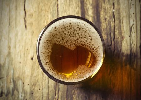 Tonneau de bière avec des lunettes de bière sur la table sur fond de bois Banque d'images - 40349310
