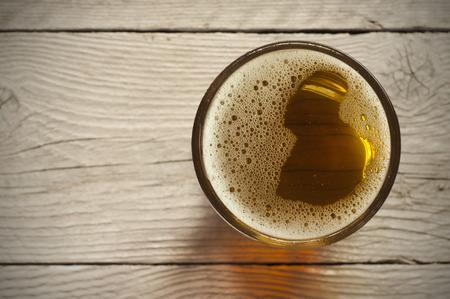 Bier vat met bierglazen op tafel op houten achtergrond Stockfoto
