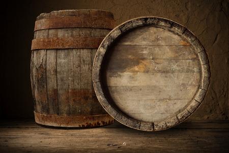 cerveza negra: barril de madera  Foto de archivo