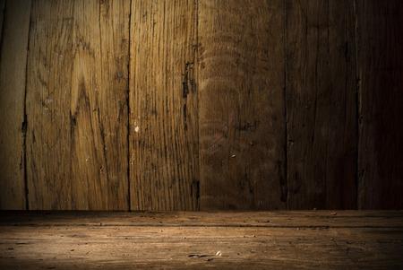 cerveza negra: fondo del barril y desgastada vieja mesa de madera