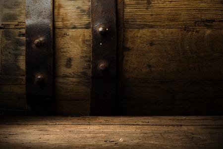 achtergrond van het vat en versleten oude tafel van hout Stockfoto