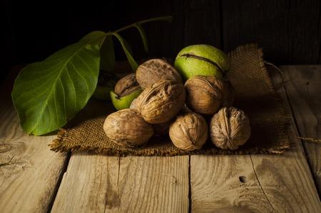 Walnut kernels en hele walnoten op rustieke oude houten tafel