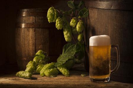 Stilleven met een vat bier en bier van de tap per glas.