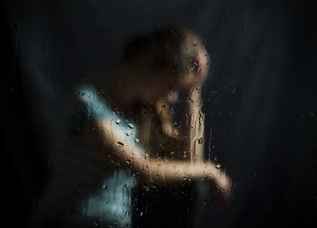 depressie van abortus niet girls povratno. op een donkere achtergrond