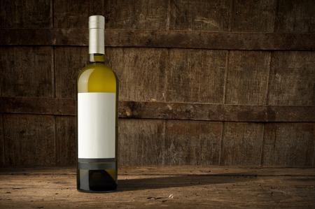 Stilleven met wijn flessen, glazen en eiken vaten. Stockfoto