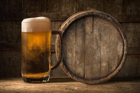 Bier vat met bier glas op tafel op houten achtergrond