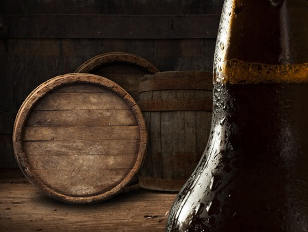 vasos de cerveza: Beer barrel with beer glasses on a wooden table. The dark background. Foto de archivo