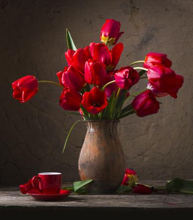 Stilleven met gele tulpen