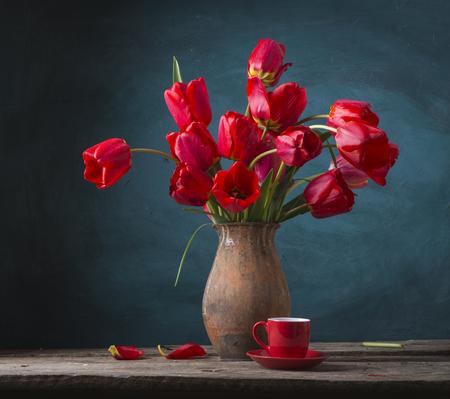 Wciąż życie z żółtymi tulipanami