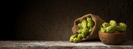 Naturaleza muerta con un barril de cerveza y lúpulo. Foto de archivo - 80438571