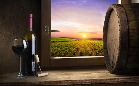 グリーントスカーナ、イタリアのブドウ園のバレルと赤ワイン
