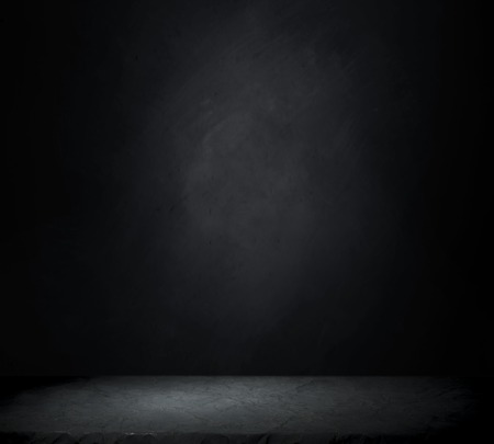 タイルの床とレンガの壁の背景と暗い部屋。