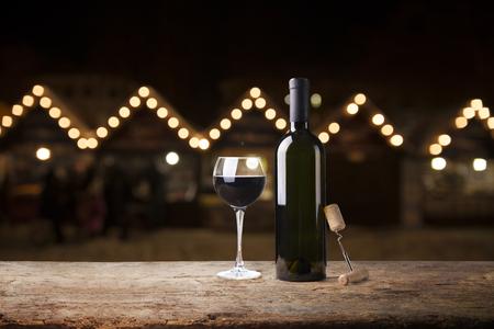 verre à vin rouge près de la bouteille avec un léger bokeh en arrière-plan