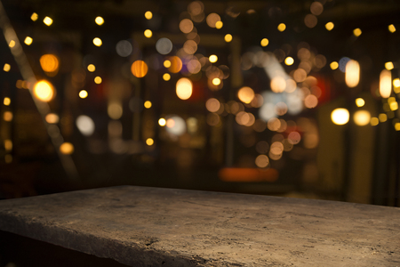 Barile di birra con bicchieri di birra su un tavolo di legno. Lo sfondo marrone scuro. Archivio Fotografico