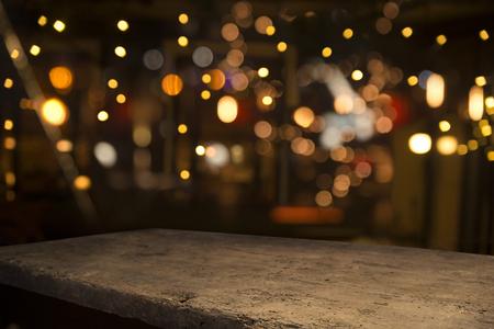 Biervat met bierglazen op een houten tafel. De donkerbruine achtergrond. Stockfoto