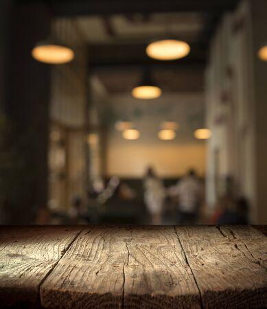 Fondo borroso de bar y espacio de escritorio marrón oscuro de madera retro