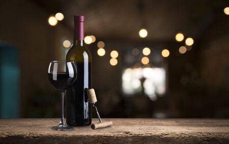 Raisins de cuve mûrs sur vignes en Toscane, Italie. Ferme viticole pittoresque, vignoble. Coucher de soleil lumière chaude. Banque d'images
