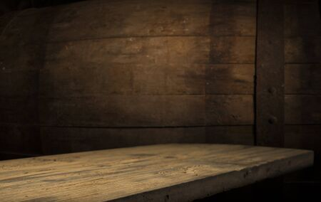 Altes Holzfass auf braunem Hintergrund