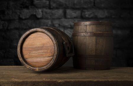 Hintergrund des Fasses und der abgenutzten alten Tabelle des Holzes