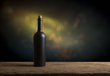 Verter vino tinto en vasos en el viñedo, tonificado Foto de archivo