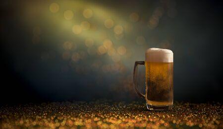 boccale di birra su sfondo scuro