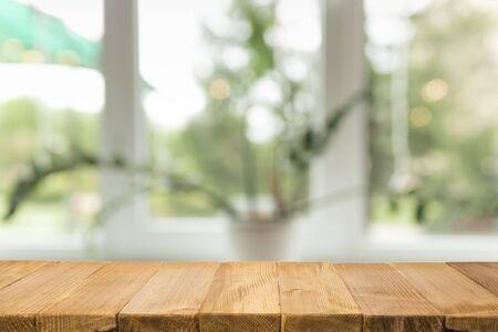 Lege bruine houten tafel en wazige achtergrond van abstract van restaurantverlichting die mensen graag eten, kan worden gebruikt voor montage of om uw producten weer te geven