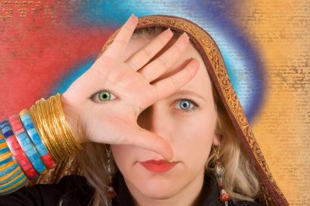 cognicion: Una mujer con un tercer ojo en la mano - s�mbolo de la mayor consciencia Foto de archivo