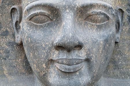 louxor: Visage sculpt� de Rams�s II dans le temple de Luxor
