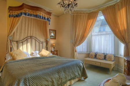 Beautiful bedroom with a king size bed Standard-Bild