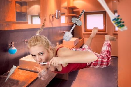 gravedad: Mujer hermosa en el cuarto de baño no gravitación