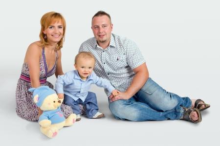 Glückliche Familie mit einem kleinen Jungen Standard-Bild - 18120231