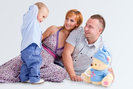 Glückliche Familie mit einem kleinen Sohn und einem Teddy-bear Standard-Bild - 18120241