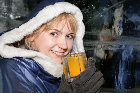 Glückliche Frau mit einem Drink in Eis-Bar Standard-Bild - 18118865