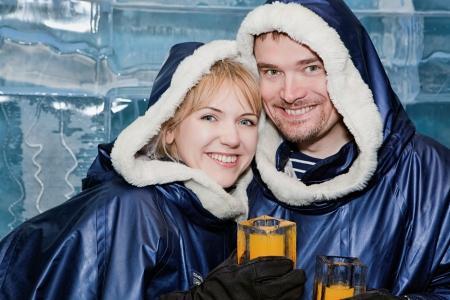 Glückliches Paar mit einem Drink aus Eis-Gläsern in Eis-Bar Standard-Bild - 18118849