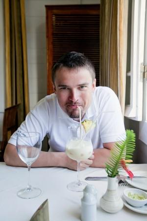 Schöner Mann genießt seine tropischen Cocktail Standard-Bild - 18118829