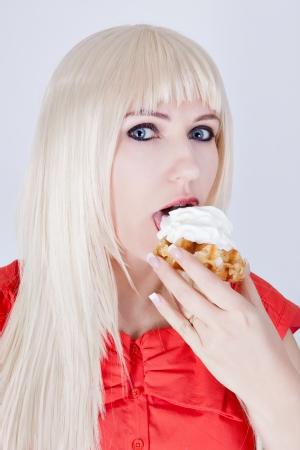 Schöne Frau mit einem süßen Snack Standard-Bild - 18118802
