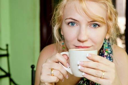 Schöne Frau mit einer Tasse Kaffee Standard-Bild - 18118850