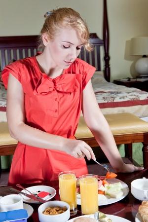 Schöne Frau mit einem gesunden Frühstück Standard-Bild - 18118836