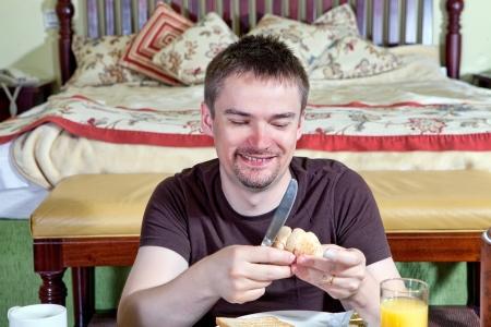 Man genießt sein Frühstück Standard-Bild - 18118866