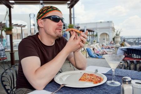 Mann mit Pizza für das Mittagessen auf seinen Urlaub Standard-Bild - 18118806