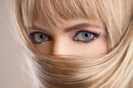 Schöne Frau mit blonden Haaren und blauen Augen Standard-Bild - 18118841