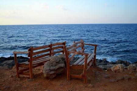 ビーチでの木製のベンチ