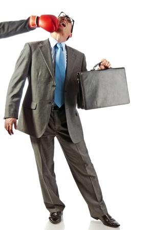 knocked out: joven empresario con una cartera en una mano es noqueado. Aislados en blanco
