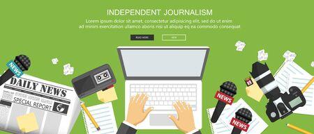 Banner piatto di giornalismo indipendente. Attrezzatura per giornalista sulla scrivania. Illustrazione vettoriale piatto Vettoriali