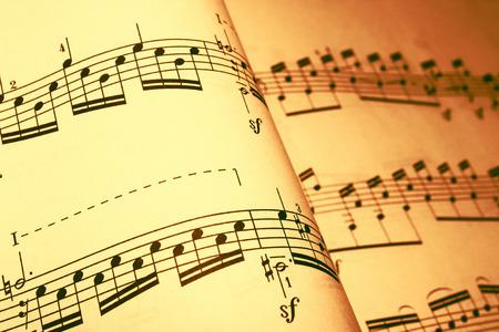 letras musicales: partituras en un tono marrón