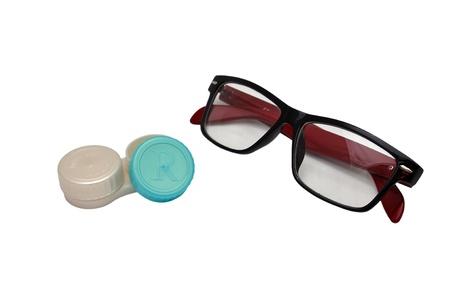 lentes contacto: estuche de lentes y gafas sobre un fondo blanco