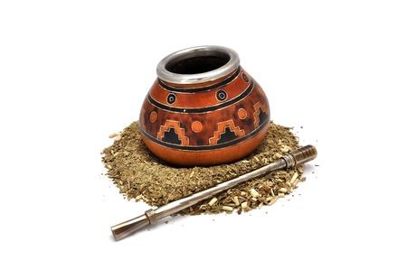 yerba mate: El t� de hierba mate sobre un fondo blanco