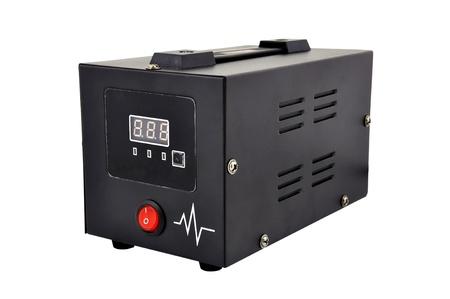 白い背景の電圧レギュレータ