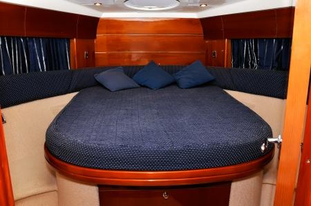 青いベッドルーム モーター ヨット、クローズ アップ 報道画像