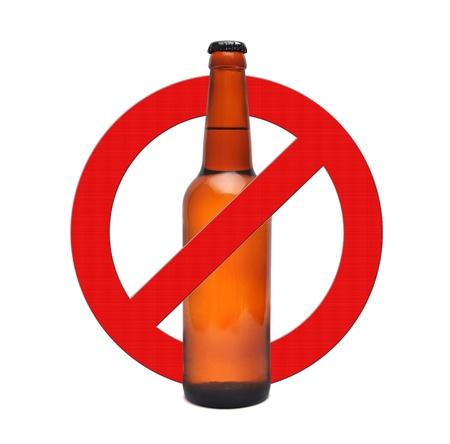 alcoholismo: se�al de stop alcohol sobre un fondo blanco